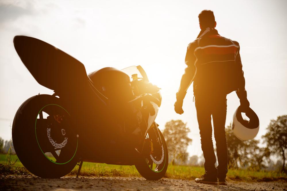 רוכב ואופנוע בשקיעה