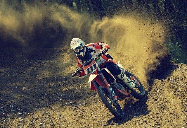 רוכב אופנוע בשטח